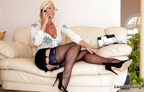 дама в белых чулках и очках видео